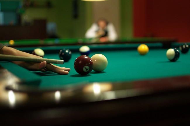 Playing Pool | © Derbeth/Flickr
