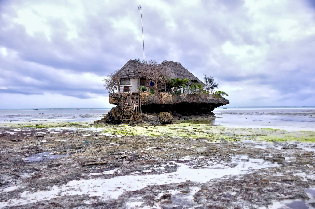 The Rock Zanzibar, low tide © Rod Waddington/Flickr