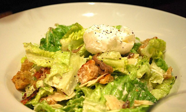 Chicken and bacon caesar salad with poached egg | © Alpha/Flickr