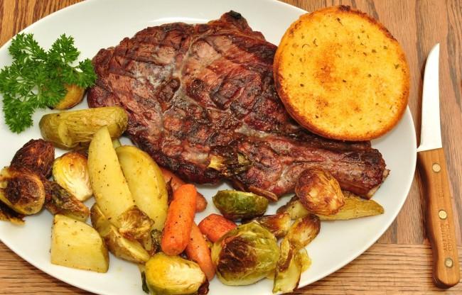 Grilled steak with vegetables | © jeffreyw/Flickr