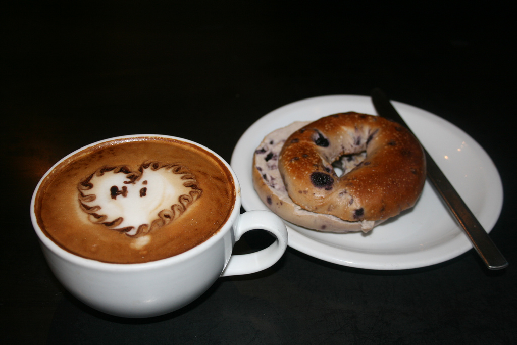 Breakfast today: blueberry bagel and Gololcha full of love | © Victoria Garcia/Flickr