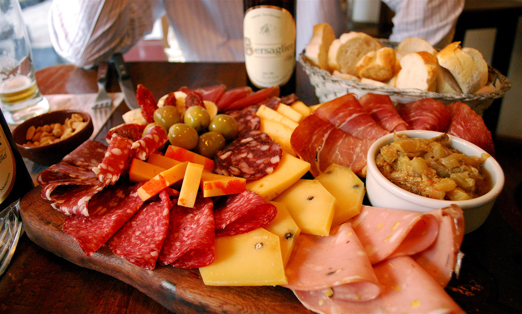 Charcuterie and beer  ©Valerie Hinojosa/Flickr