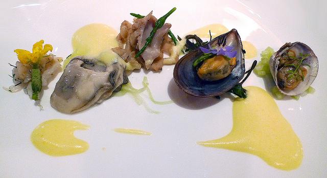 Mélange of shellfish from the Salish Sea | © Arnold Gatilao/Flickr