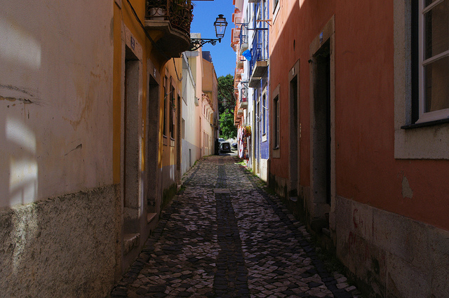 Typical Street in Alfama | © Ken and Nyetta/Flickr