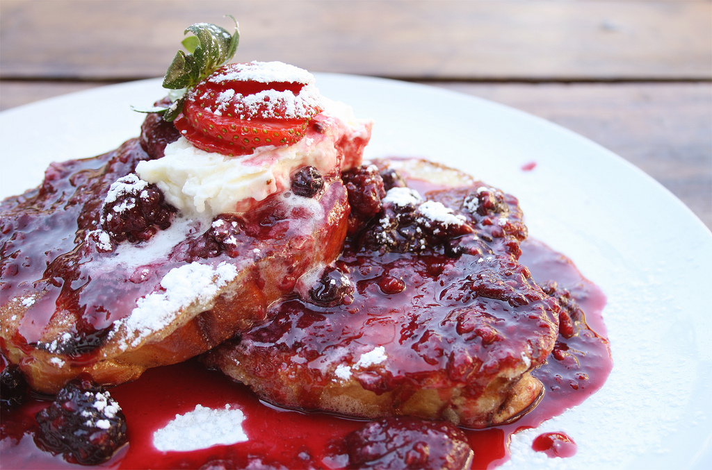 Pain perdu with berry compote | © Saaleha Bamjee/Flickr