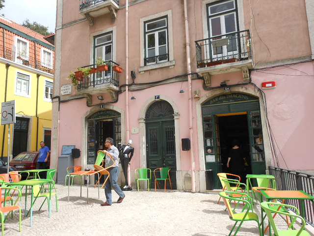 Al fresco eating in Alfama | © Michael Coghlan/Flickr