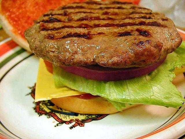 640px-Hamburger_meat_patty_patties_lettuce_tomatoes_buns