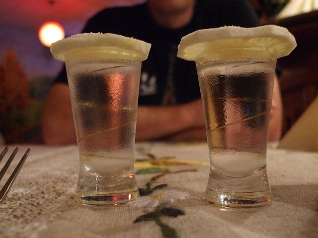 Shot glasses with vodka and lemon I © Lvova Anastasiya/WikiCommons