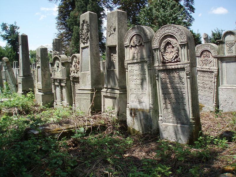 Cemetery © Julia M./WikiCommons