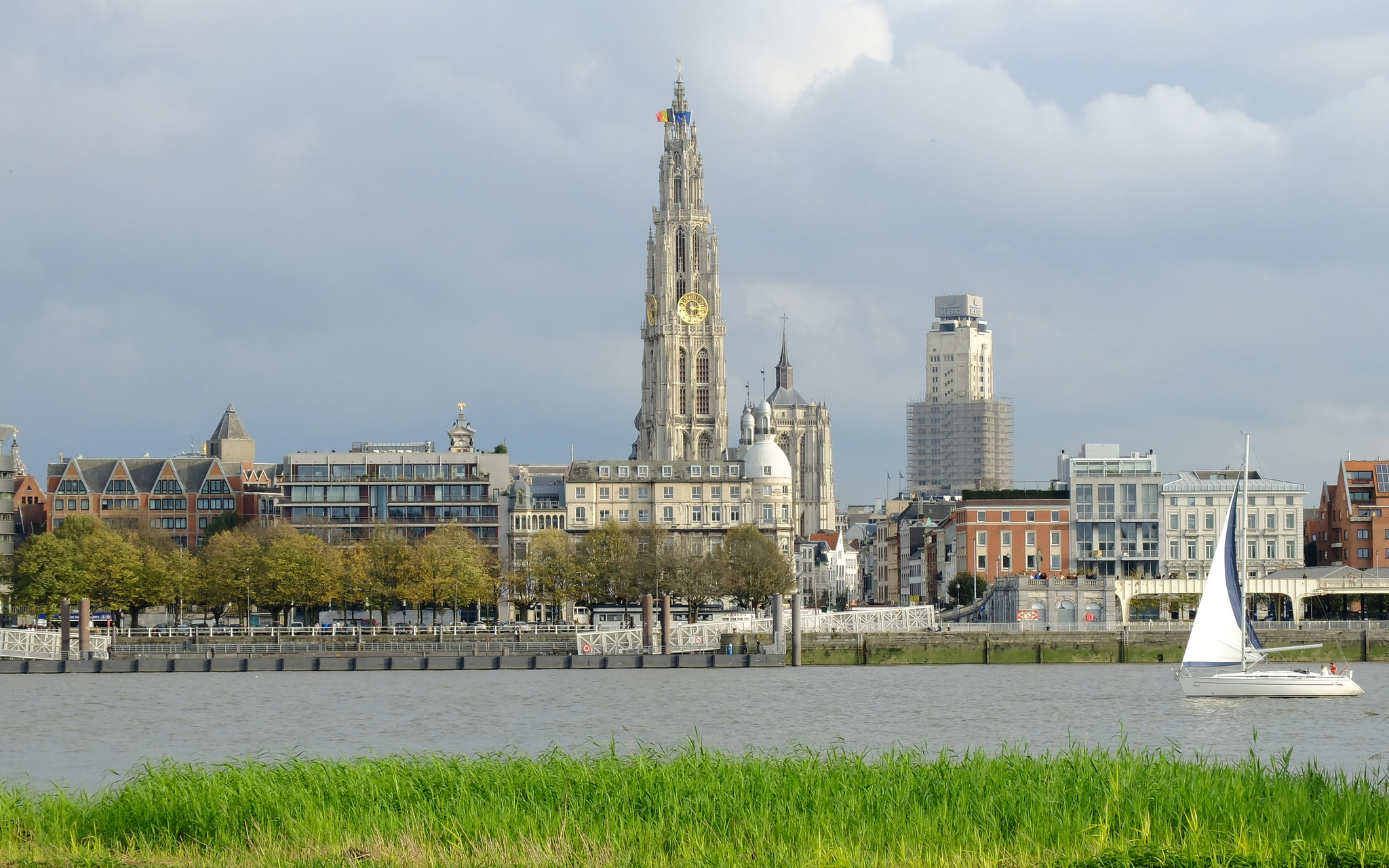 Antwerp skyline with cathedral and Boerentoren |ⒸjgBeachcomber/Flickr
