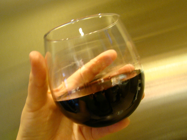 Argentinean Malbec in stemless wine glass  © Veronica/WikiCommons