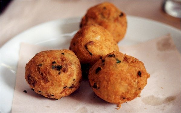 Bolinho de bacalhau, a mixture of potatoes, bacalhau (codfish), eggs, parsley, etc., formed into balls and deep fried. | ©Picasa Web Albums/WikiCommons