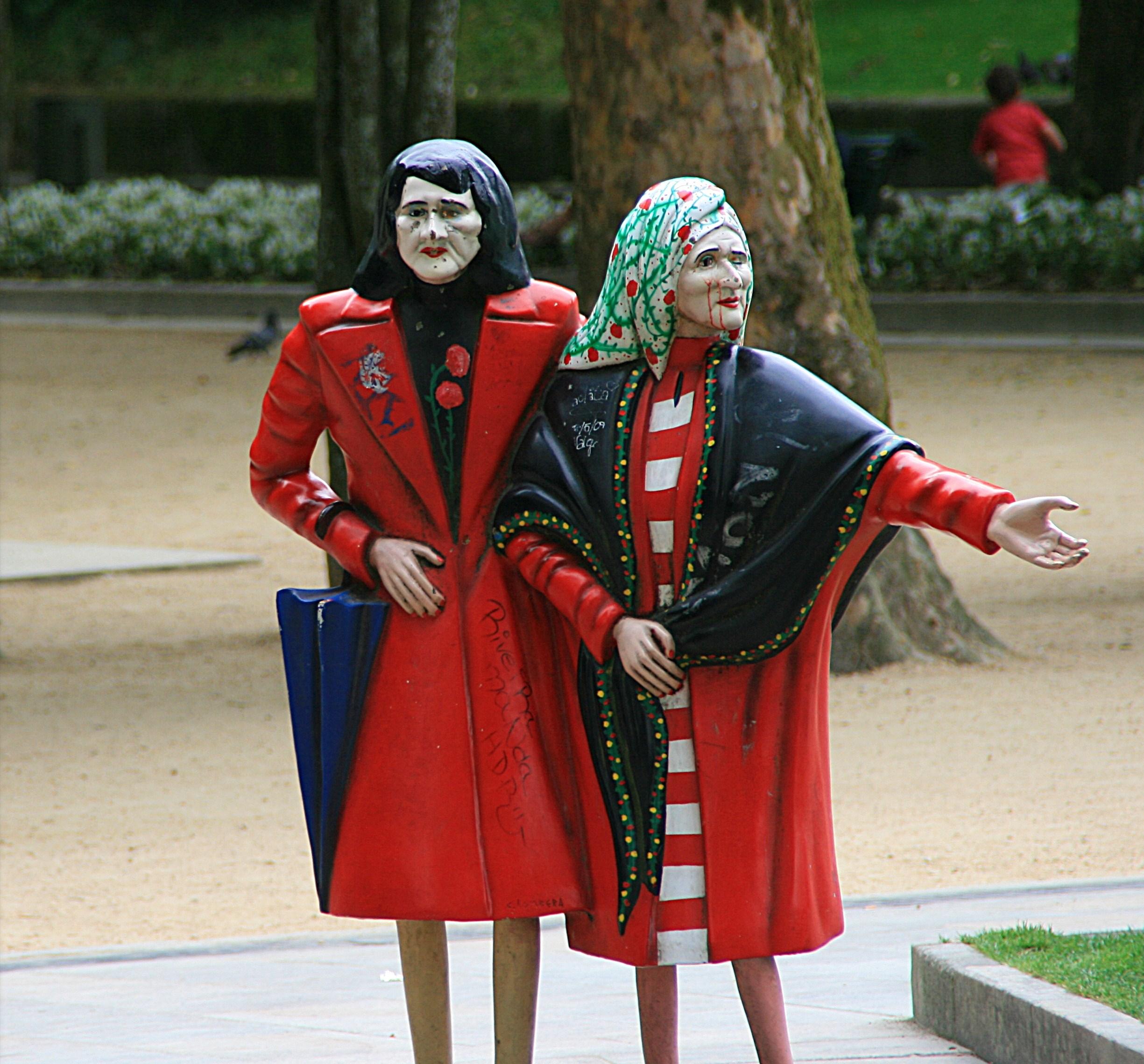 Las Dos Marías (de frente) vandalizadas, Santiago de Compostela |  © Miguel Ángel García / Wikicommons