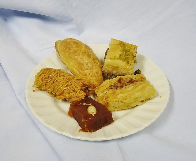 Middle_eastern_sweets [ © Mauro Cateb/Wikimedia ]