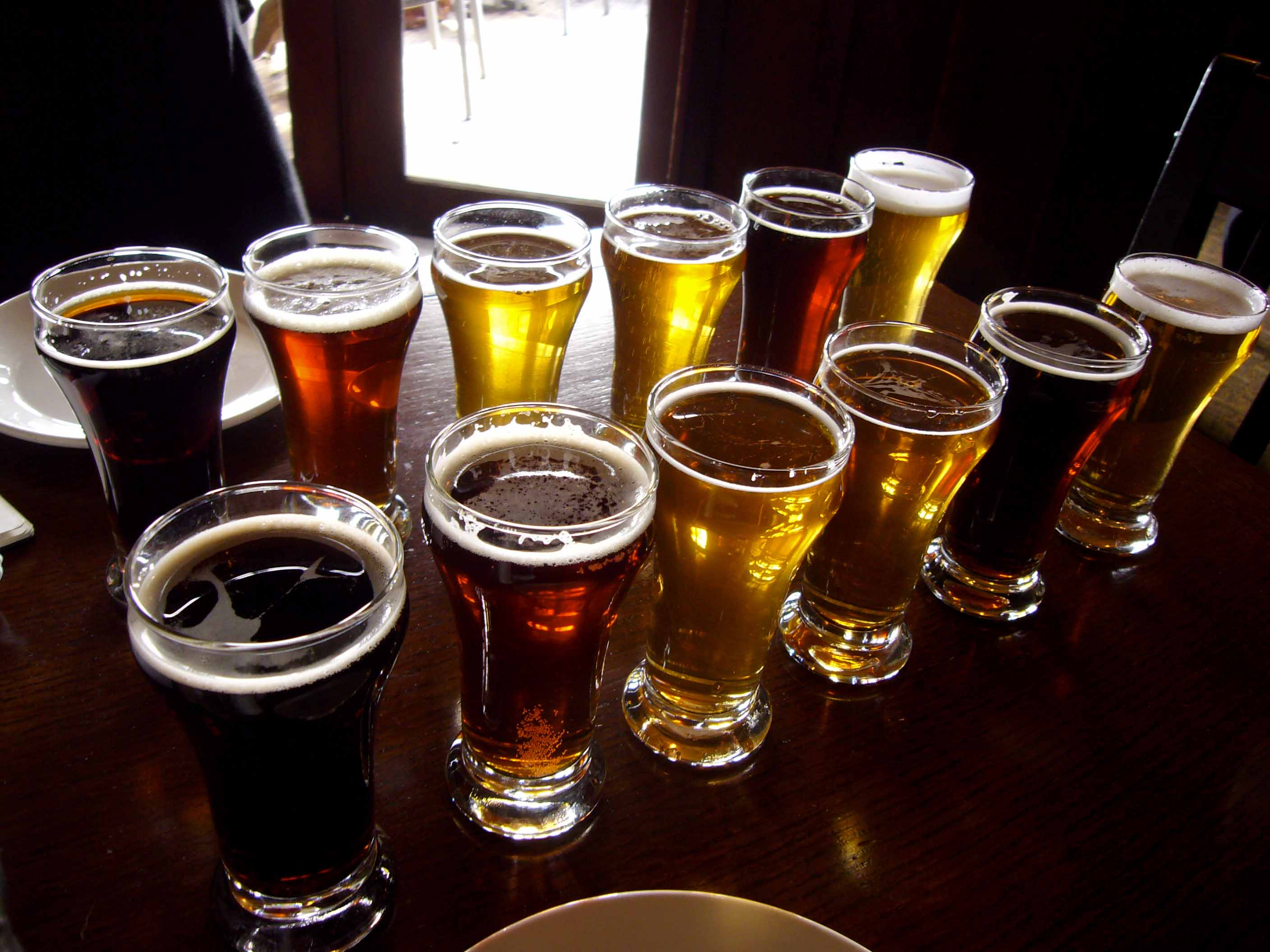 Sampling_beers_in_style_at_Spinnakers| ©Paul Joseph/ Wikicommons