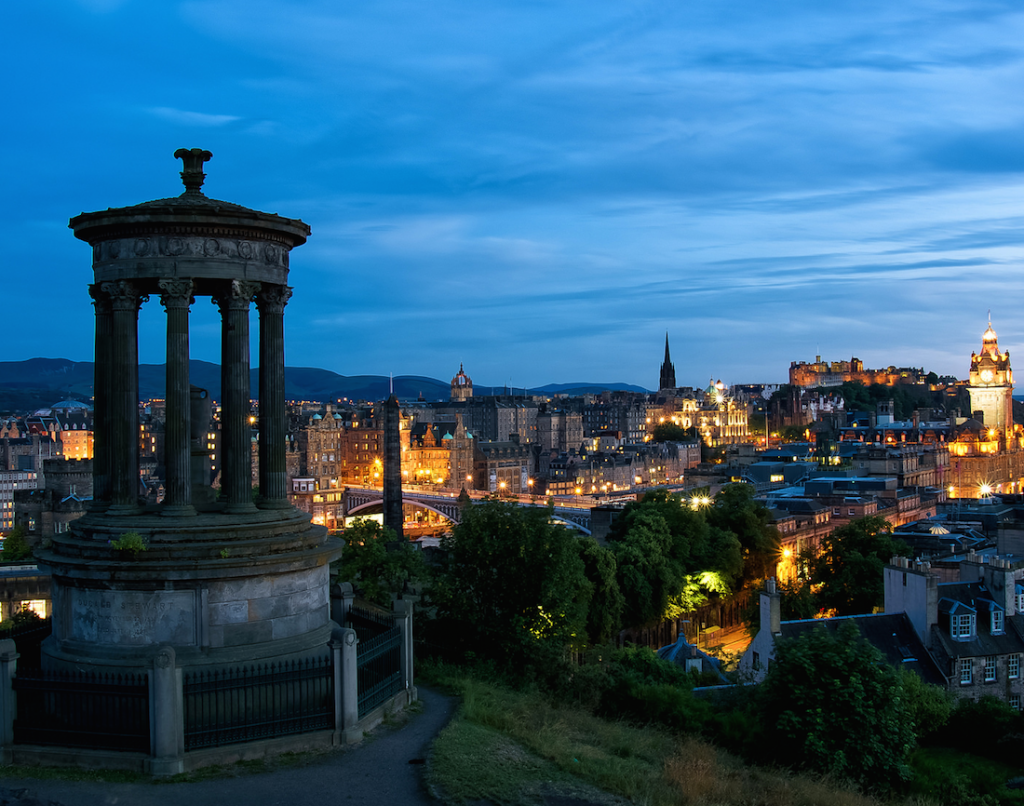 A manageable climb can be found in Calton Hill © Raphaël Chekroun / Flickr