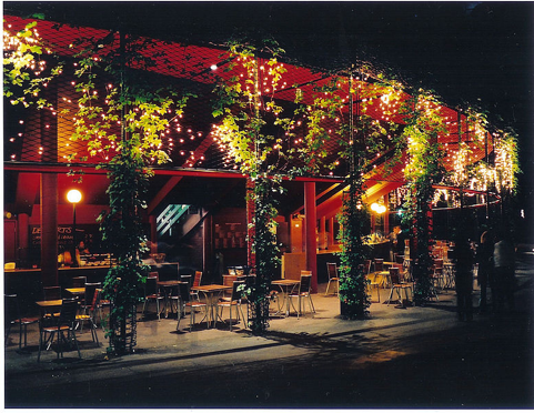 Al fresco dining sprinkled with fairly lights | © TomJAnderson/WikiCommons