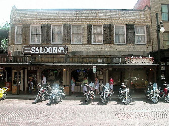 Example of Old Fashioned Saloon | © Lyndi&Jason/WikiCommons