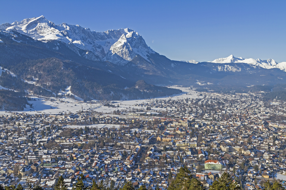 Garmisch Partenkirchen and the mountains Zugspitze and Alpspitze | ©Eder/Shutterstock