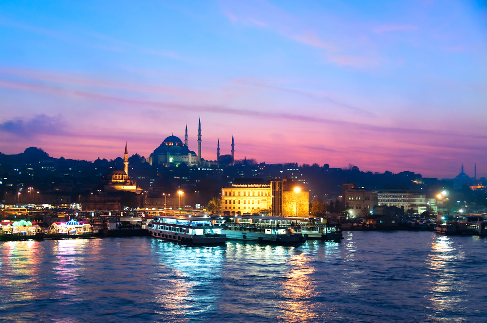 Twilight by the Bosporus in Istanbul © Sergey_R / Shutterstock