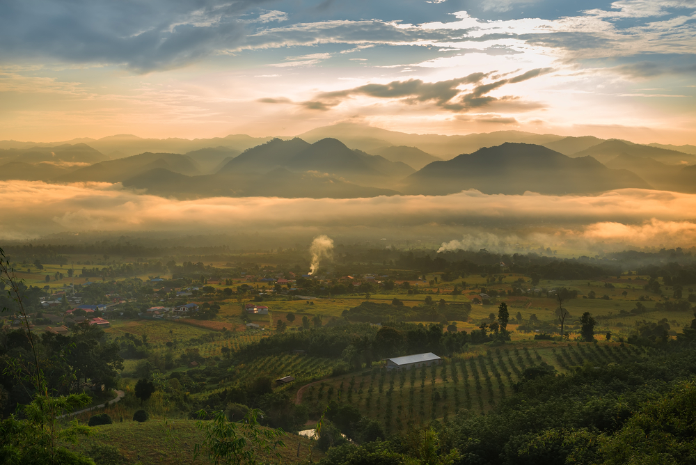 Sea of mist and sunrise at yun lai view point ,pai , mae hong son, Thailand © Twenty two hours / Shutterstock