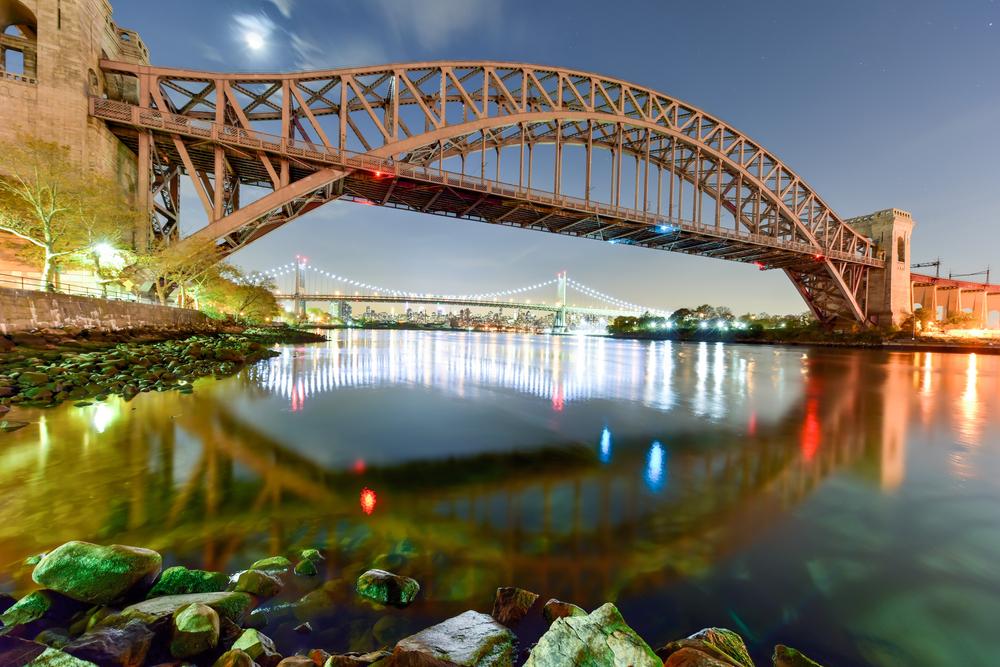 Hell Gate Bridge and Triboro Bridge at night, in Astoria, Queens, New York © Felix Lipov / Shutterstock