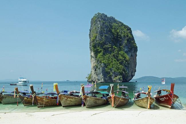 The beach of Poda island with long-tail boats, Krabi, Thailand. | © kallerna/WikiCommons