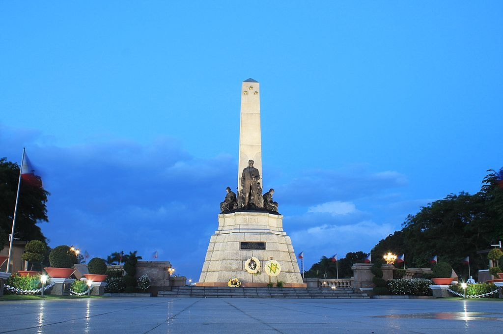 1024px-Rizal_Monument_at_Dusk