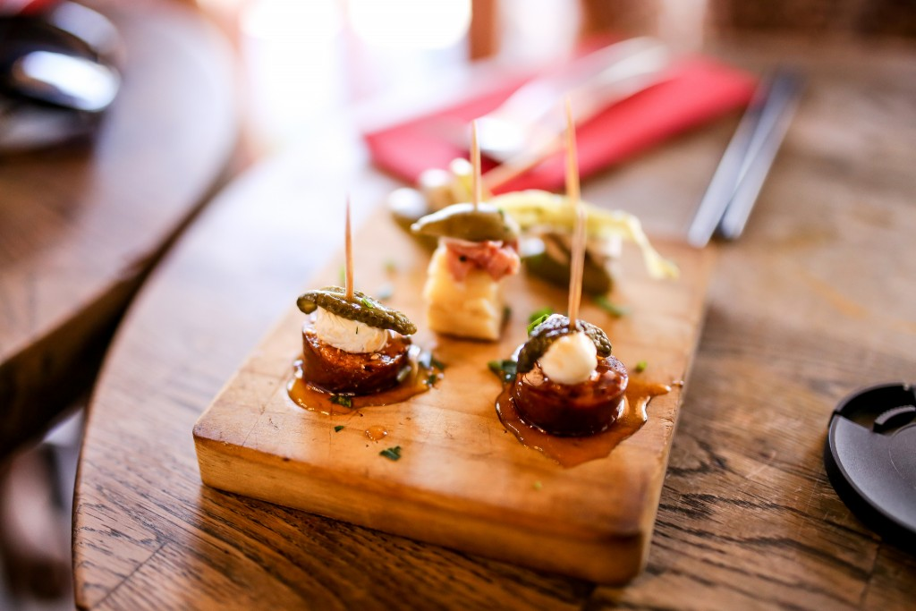 A brief history of the world famous spanish tapas for Canape plate definition