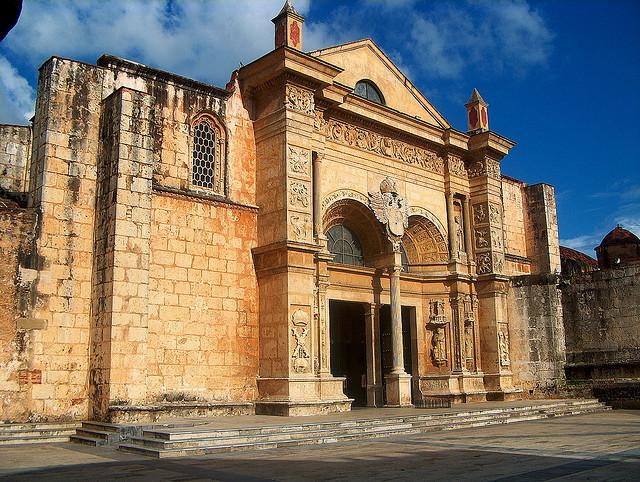 Fachada Catedral Primada de América - Ciudad Colonial © Genosonic/Flickr