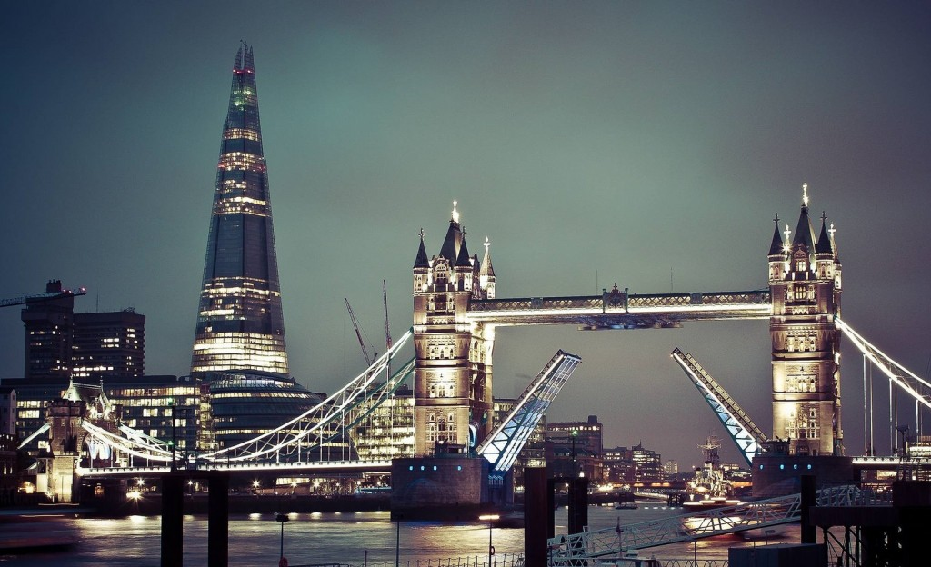 Tower Bridge at night, with a view of The Shard behind it | © Sam Valadi / Flickr