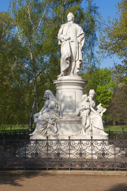 Goethe Monument © Mike Peel (Wikicommons)