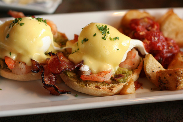 Eggs Benedict with bacon and prawns © Geoff Peters/Flickr