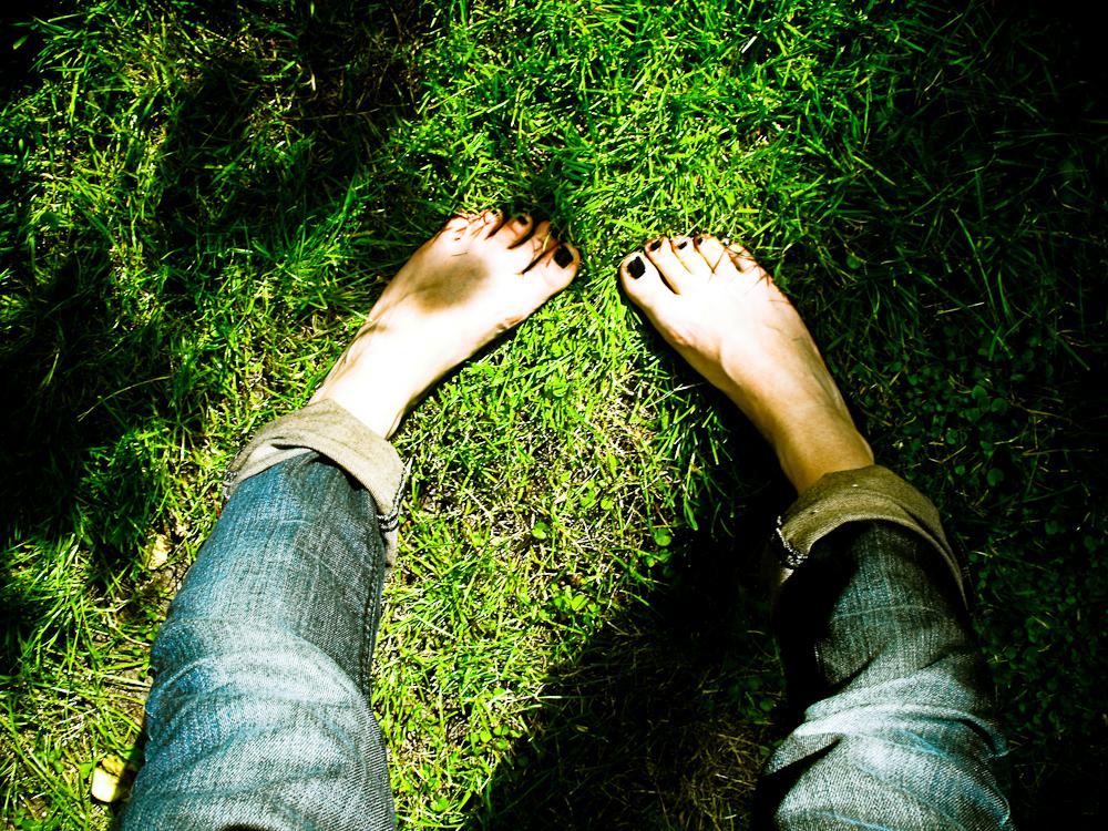 Barefoot in the garden | © LaVladina/Flickr