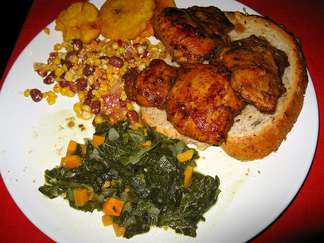 Jerk chicken with corn and black bean salad I © Jenni Konrad/Flickr