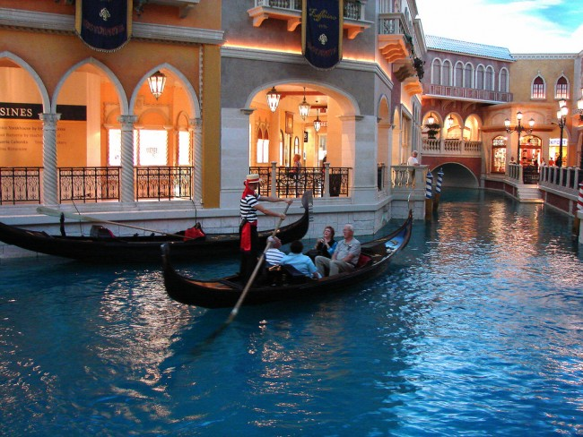 Gondola at Grand Canal Shoppes © Dee Kincke/Flickr