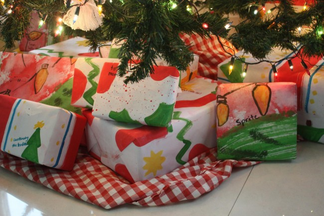 wrapped gifts under tree | © jimmie/Flickr