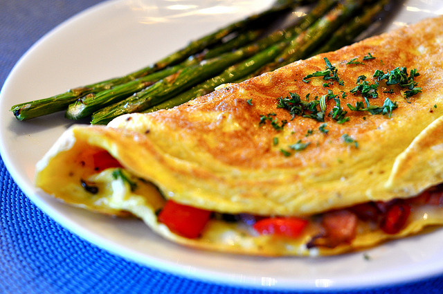 Omelet with Ham, Red Bell Peppers, and Cheese Filling © Kimberly Vardeman/Flickr