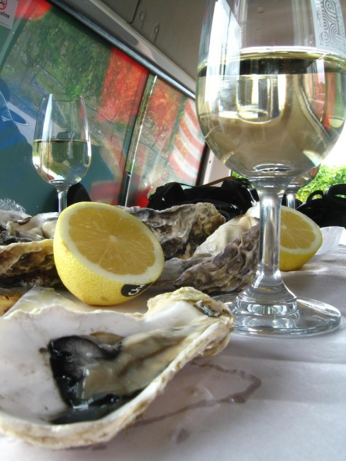 Oysters and kiwi white wine |© Hector Garcia/Flickr