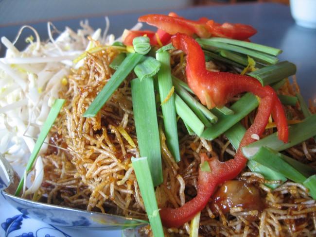 Crispy Noodles and Fresh Vegetables | © Ron Dollete/Flickr