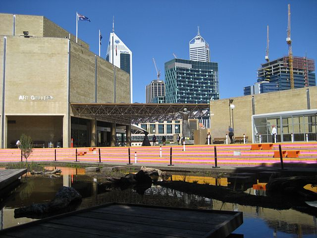 The Art Gallery of Western Australia with downtown Perth skyscrapers in the background in 2010 ©Agsftw/WikiCommons