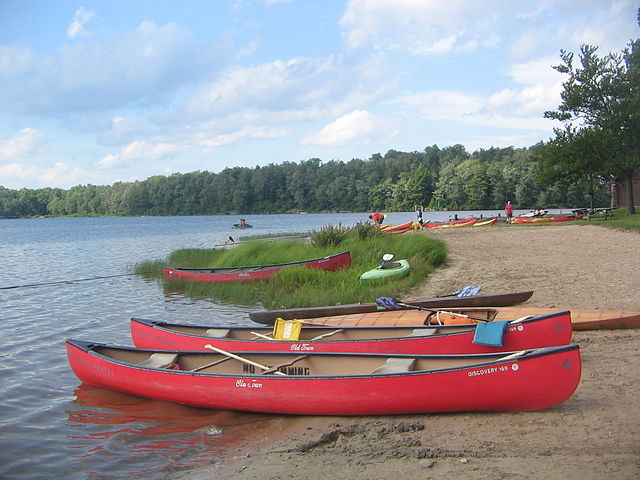 Beached canoes| © Ruhrfisch/WikiCommons
