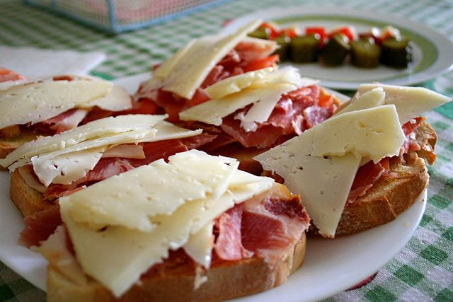 Spanish cheese and ham tapas sandwich| ©Juan Fernandez/Wikipedia
