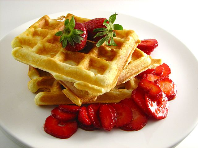 Crispy Waffles with Strawberries | © Pakerman & Christie/WIkicommons