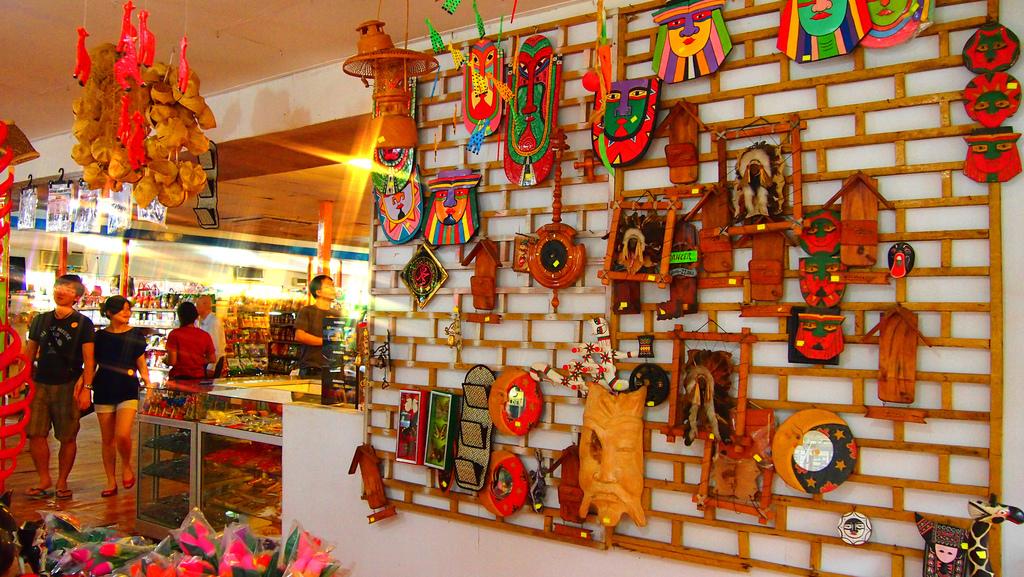 Souvenir Shopping © Tun Tun Win / Flickr