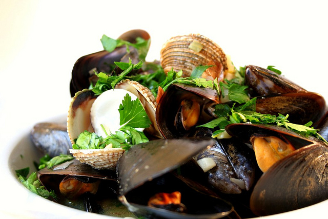 Mussels and cockles cooked in white wine ©Cooking etc. /Flickr