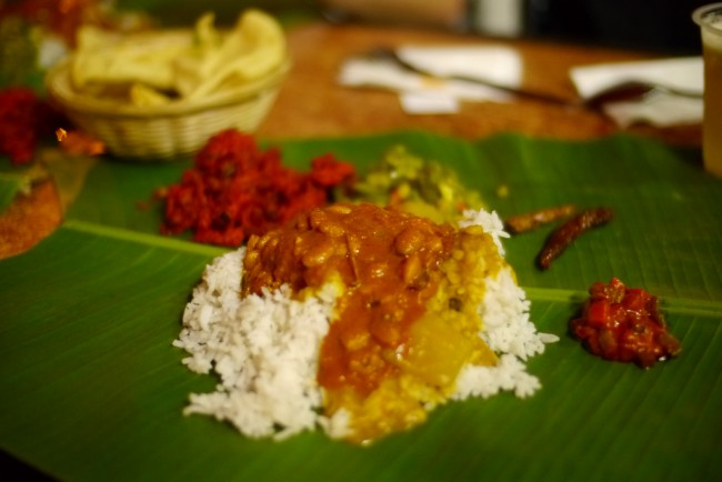 Vegan banana leaf curry with pakora | © Ola Waagen/Flickr