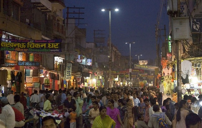 Lucknow local shopping market © Jorge Royan/wikicommons