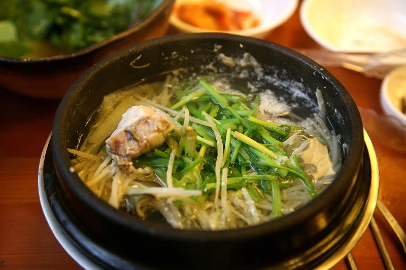 Korean Cuisine, soup and meat  © Junho Jung/WikiCommons