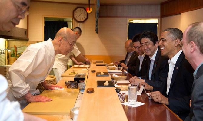 Barack Obama and Shinzo Abe at Sukyabashi Jiro April 2014 | © The White House from Washington, WikiCommons